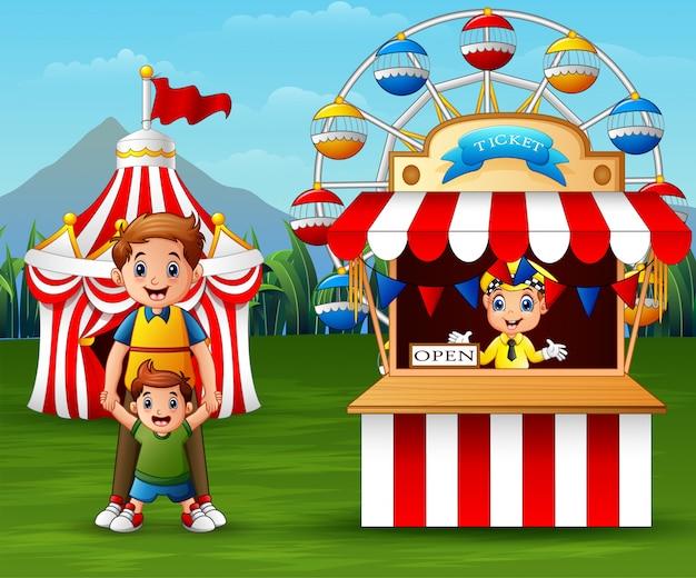 Pessoas felizes no parque de diversões
