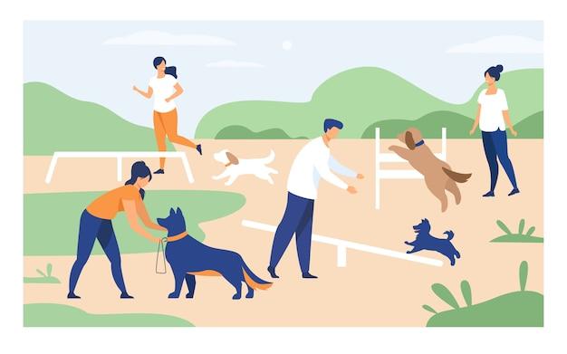 Pessoas felizes, treinando cães no equipamento de salto
