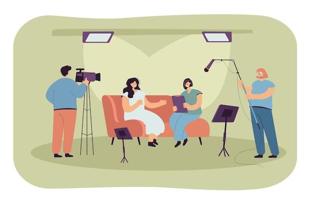 Pessoas gravando entrevista em estúdio. ilustração plana