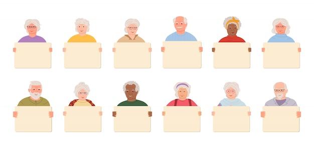 Pessoas idosas segurando banner em branco dos desenhos animados conjunto homens mais velhos, mulheres ativistas manifestantes em idade de aposentadoria