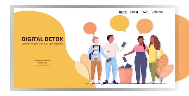 Pessoas jogando fora gadgets no conceito de desintoxicação digital da urna amigos abandonando a internet e as redes sociais