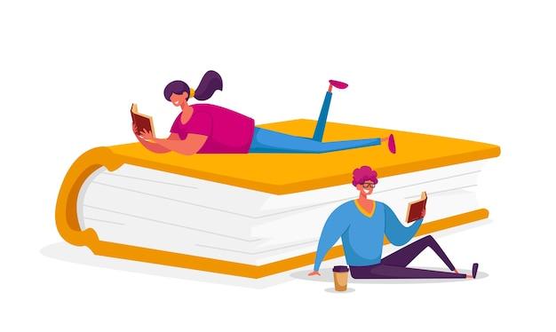 Pessoas lendo com entusiasmo sentado e deitado sobre um livro enorme.