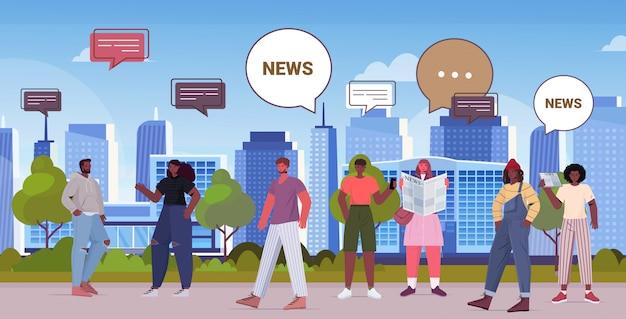 Pessoas lendo jornais e discutindo o conceito de comunicação de bolha de bate-papo de notícias diárias. mistura raça homens mulheres caminhando em um parque urbano ilustração horizontal de corpo inteiro