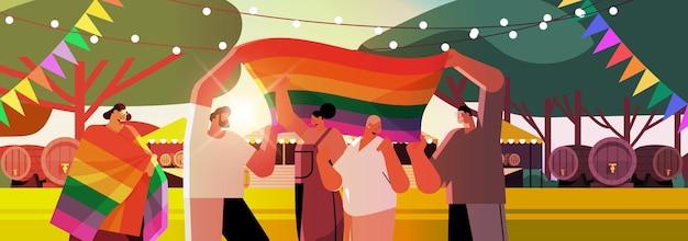 Pessoas mestiças celebrando o festival do orgulho gay lésbico transgênero amam o conceito de comunidade lgbt