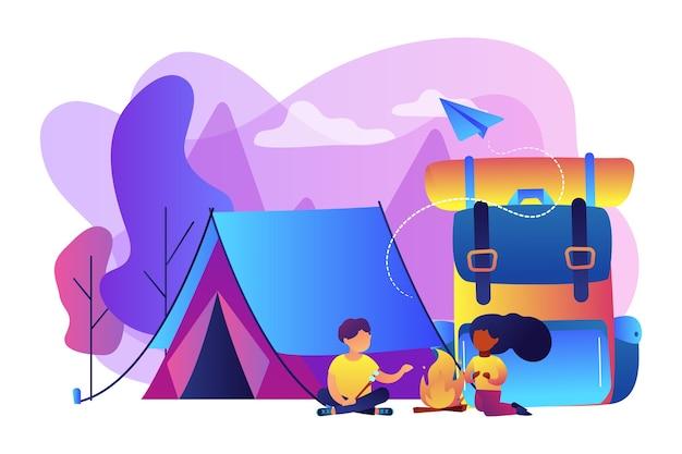Pessoas minúsculas, crianças sentadas perto da fogueira e assando marshmallow perto da barraca e uma mochila enorme