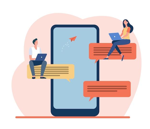 Pessoas minúsculas sentadas em grandes balões de fala. smartphone, online, ilustração em vetor plana mensagem. mídia social e tecnologia digital