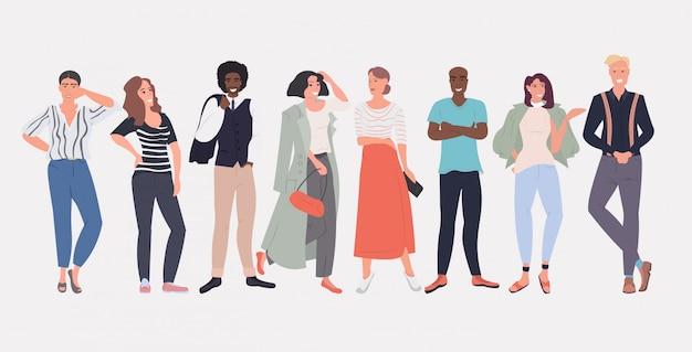 Pessoas moda blogueiros de pé juntos sorrindo misturar raça homens mulheres posando feminino masculino personagens de desenhos animados comprimento total horizontal