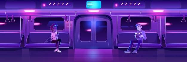 Pessoas na noite do metrô, mulher, trem, carro, mulher, com, telefone e, homem, com, livro, no, metrô, vagão, com, néon brilhante, iluminação