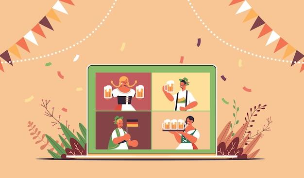 Pessoas na tela do laptop segurando canecas de cerveja na festa da oktoberfest