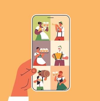 Pessoas na tela do smartphone celebrando o festival de cerveja da oktoberfest