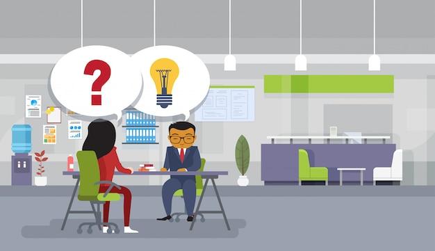 Pessoas negócio asiático, brainstorming, sentando, em, escrivaninha escritório, idéia nova, discussão, reunião