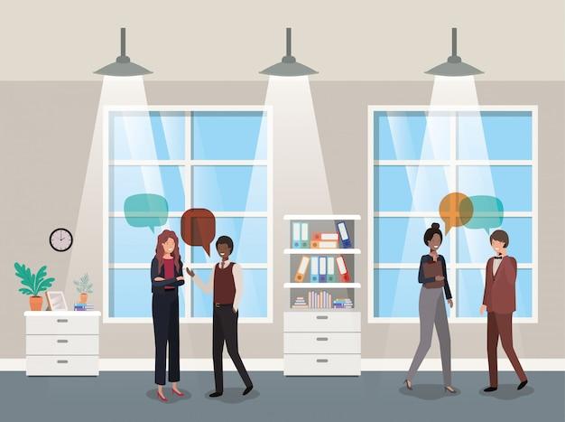 Pessoas negócio, falando, em, corredor, escritório