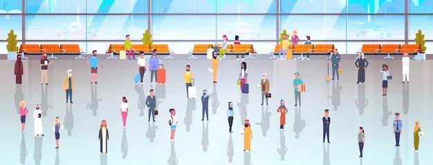 Pessoas no aeroporto viajantes com bagagem andando por