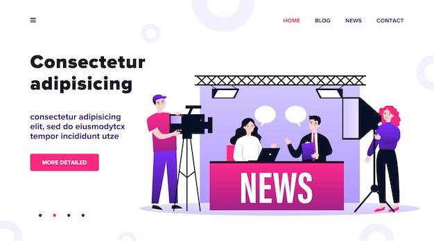 Pessoas no estúdio de tv fazendo ilustração de notícias. equipe de bastidores com câmeras atirando na mesa com apresentadores. show e conceito de mídia social