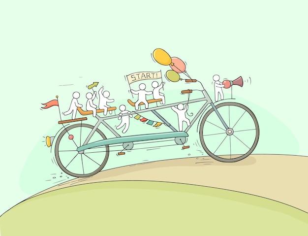 Pessoas pequenas andam de bicicleta.
