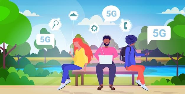 Pessoas que usam aparelhos digitais 5g conexão do sistema sem fio on-line quinta geração inovadora de internet