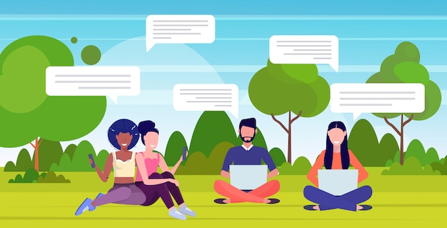 Pessoas que usam aplicativos de bate-papo em dispositivos digitais conceito de comunicação de bolha de bate-papo de rede social