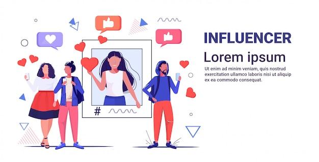 Pessoas que usam o aplicativo móvel on-line rede de mídia social bate-papo bolha conceito de comunicação mistura homens mulheres segurando gadgets digitais esboçar espaço de cópia horizontal