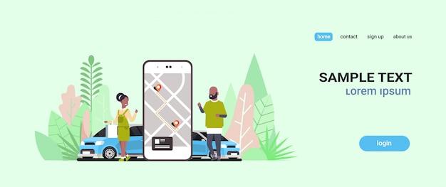 Pessoas que usam o aplicativo móvel on-line, requisitando táxi, compartilhando o aplicativo móvel, conceito de transporte, serviço de compartilhamento de carro homem mulher perto de tela do smartphone com mapa gps cópia espaço