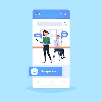 Pessoas que usam o bate-papo de aplicativo móvel bolha conceito de comunicação de mídia social visitantes do café bebendo café on-line conversa de tela cheia smartphone tela