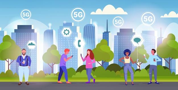 Pessoas que usam smartphones 5g conexão de sistemas sem fio on-line quinta geração inovadora de internet de alta velocidade