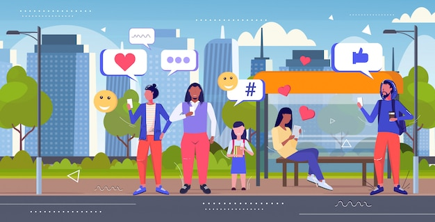 Pessoas que usam smartphones mídias sociais rede bate-papo bolha conceito de comunicação misturam raça homens mulheres em pé juntos na estação de transporte público esboçar comprimento total horizontal