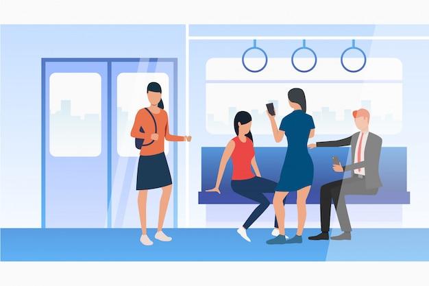 Pessoas que usam telefones celulares no trem do metrô