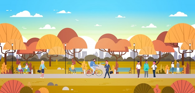 Pessoas, relaxante, ao ar livre, em, outono, urbano, parque, sobre, cidade, skyline andar, bicicleta, e, se comunicar