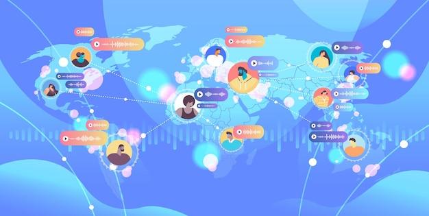 Pessoas se comunicam em mensageiros instantâneos por mensagens de voz aplicativo de bate-papo de áudio mídia social conceito de comunicação global mapa do mundo fundo ilustração vetorial horizontal