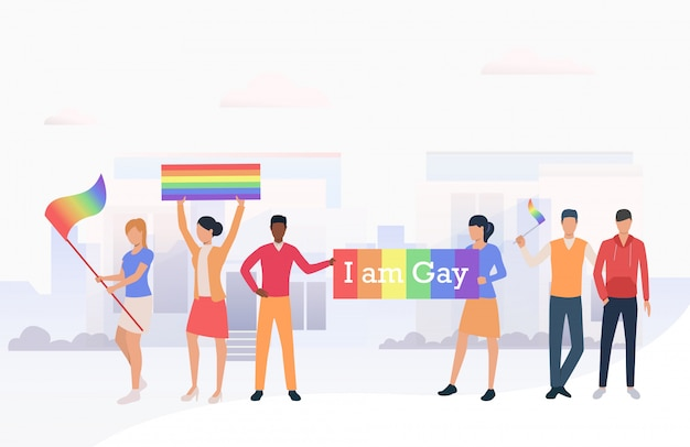 Pessoas segurando bandeiras lgbtq e eu sou bandeira gay em desfile