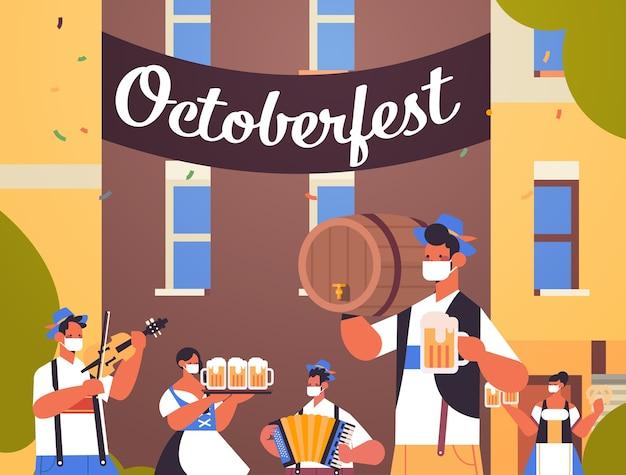 Pessoas segurando canecas de cerveja e tocando instrumentos musicais festa da oktoberfest