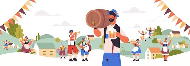 Pessoas segurando canecas e tocando instrumentos musicais celebrando o festival da cerveja