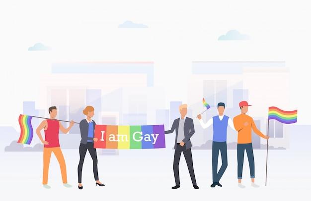 Pessoas segurando eu sou bandeira gay na cidade