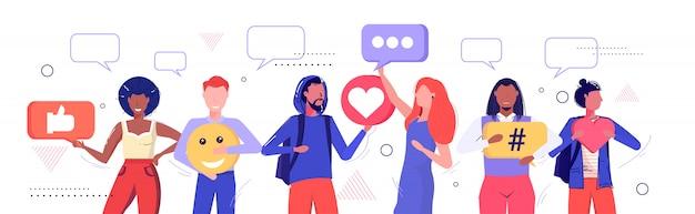 Pessoas segurando ícones diferentes rede de mídia social bate-papo bolha comunicação conceito mistura raça homens mulheres juntos esboço retrato horizontal