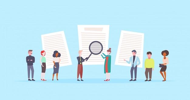 Pessoas segurando lupa escolhendo cv perfil currículo empresários para contratar curriculum vitae recrutamento candidato posição do trabalho plano de fundo azul