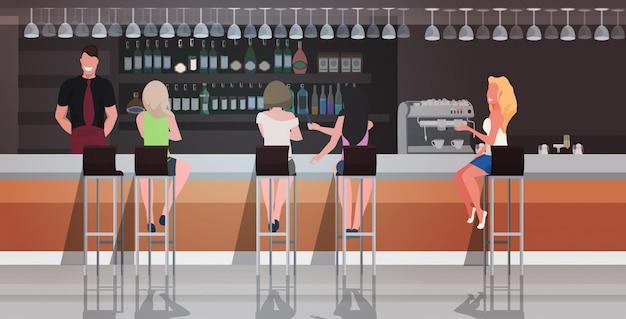 Pessoas sentadas no bar