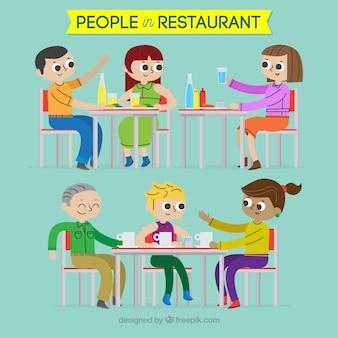 Pessoas sorridentes comendo em um restaurante