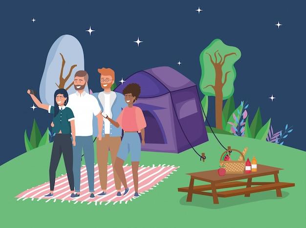 Pessoas tomando selfie tenda cobertor camping mesa de piquenique noite