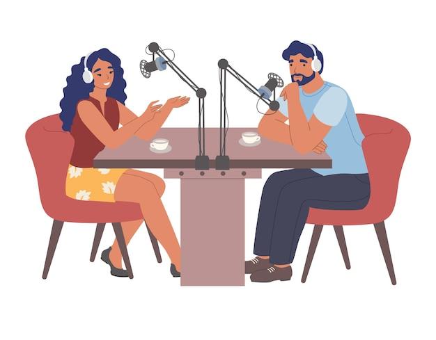 Pessoas usando fones de ouvido gravando podcast de áudio em estúdio com microfones entrevista ao apresentador de rádio plana