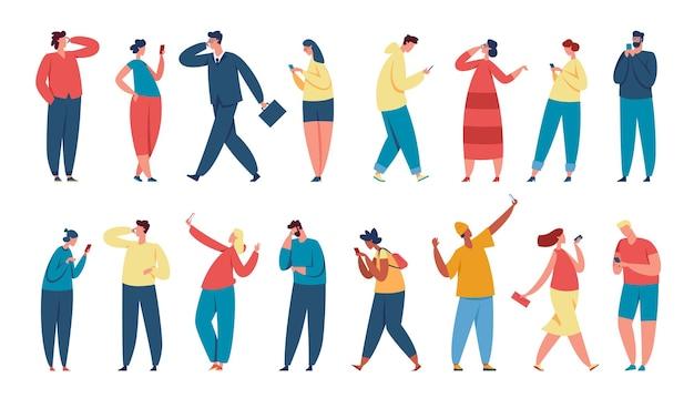 Pessoas usando smartphones, jovens personagens segurando o telefone. empresário falando no smartphone, mensagens de texto de homens e mulheres, tendo o conjunto de vetores de selfie. meninos e meninas usando redes sociais e mensageiros