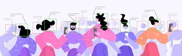 Pessoas usando verificação de identidade facial em smartphones