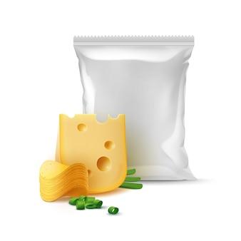 Pilha de batatas fritas crocantes com queijo, cebola e saco plástico vazio selado verticalmente para design de embalagem close up isolado