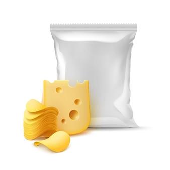 Pilha de batatas fritas crocantes com queijo e saco plástico vazio selado verticalmente para design de embalagem close up isolado