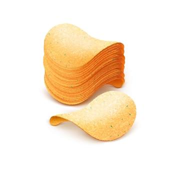 Pilha de batatas fritas crocantes em branco