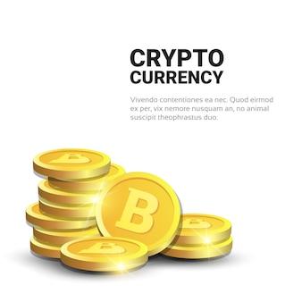 Pilha de bitcoins dourados realistas no fundo branco com conceito da moeda da criptografia do dinheiro de digitas da correia fotorreceptora do espaço da cópia