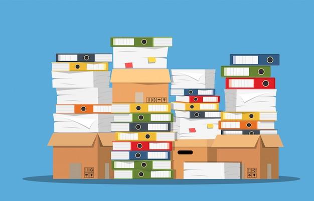 Pilha de documentos em papel e pastas de arquivos.