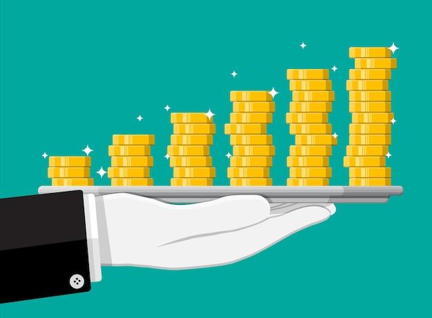 Pilha de moedas de ouro na bandeja na mão. moeda de ouro com cifrão. crescimento, renda, poupança, investimento. símbolo de riqueza. sucesso nos negócios. ilustração em vetor estilo simples.