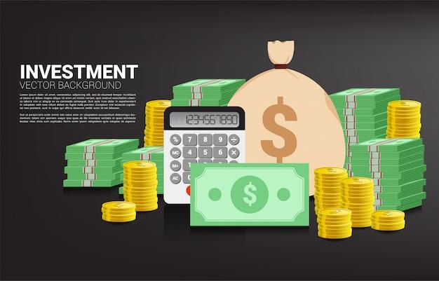 Pilha de moedas e cédulas com saco de dinheiro e calculadora. conceito de investimento de sucesso e crescimento nos negócios