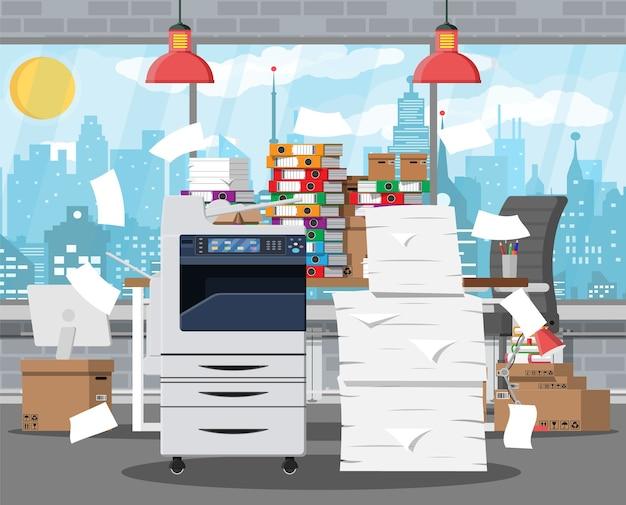 Pilha de papéis de escritório, impressora e documentos.