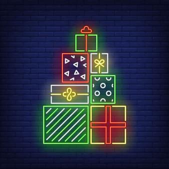 Pilha de presentes no estilo neon